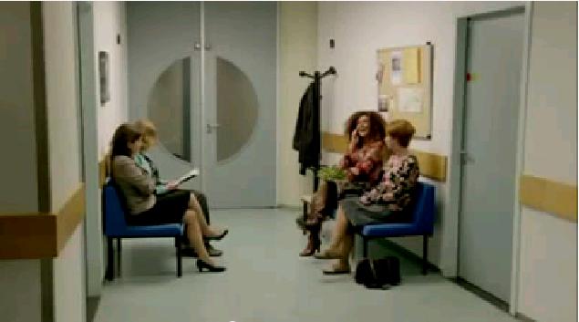 In Sala D Attesa.Ride Nella Sala D Attesa Donna Afferra Il Telefono E Lo