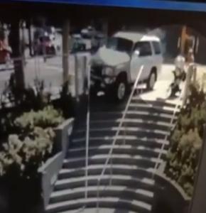 San Francisco, auto sbanda: mamma ha riflessi pronti e salva figlio in carozzina