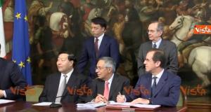 La sedia dell'imprenditore cinese sta per cadere: Renzi allunga la mano e la blocca