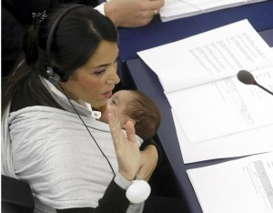 Licia Ronzulli, europarlamentare, nel 2010 in Aula a Strasburgo con la figlia neonata (Lapresse)