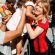 Barbara Berlusconi con la maglia del Milan saluta i tifosi11