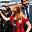 Barbara Berlusconi con la maglia del Milan saluta i tifosi09