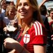 Barbara Berlusconi con la maglia del Milan saluta i tifosi07
