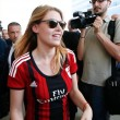 Barbara Berlusconi con la maglia del Milan saluta i tifosi4