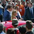 Barbara Berlusconi con la maglia del Milan saluta i tifosi03