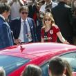 Barbara Berlusconi con la maglia del Milan saluta i tifosi01