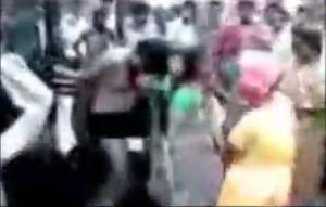 India, gruppo di donne lega e picchia due uomini accusati di stupro VIDEO