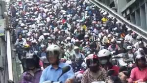 Centinaia di scooter al semaforo: il traffico folle di Taipei