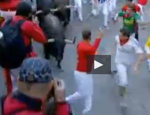 Selfie col toro che ti rincorre: pericolosa moda a Pamplona (VIDEO)
