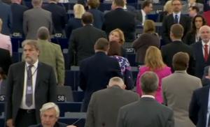 Parlamento Ue, Nigel Farage e l'Ukip voltano le spalle durante l'inno