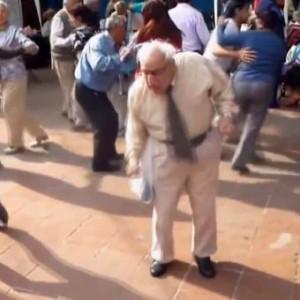Il vecchietto ama il rock and roll: butta via i bastoni e balla
