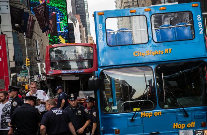 New York, scontro fra due bus turistici a Times Square: 7 feriti
