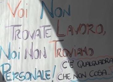"""""""Voi non trovate lavoro, noi non troviamo personale"""": cartello a Napoli FOTO"""