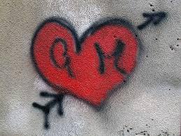 Genova, a 67 anni graffitaro per amore: disegna un cuore trafitto ma lo beccano