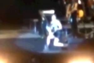 """Emma Marrone scivola sul palco a Napoli: """"Tutto programmato, non fare i fichi"""