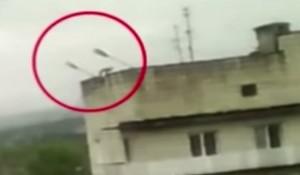 Russia: ladro prova a calarsi in casa dal tetto. Precipita e muore VIDEO