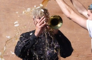 David Lynch, Ice Bucket Surrealista: acqua e caffè, suona la tromba, nomina Putin