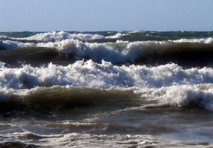 Capaci, gommone si rovescia in mare
