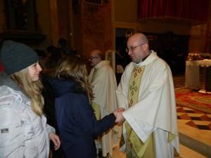 """Vaticano raccomanda: """"Scambiatevi il segno di pace a messa ma non esagerate"""""""