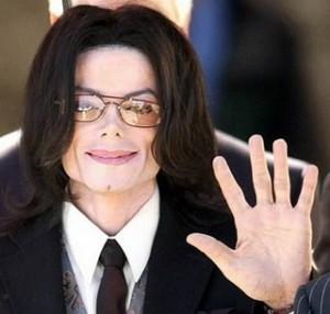 """Michael Jackson, la cameriera: """"Urinava sul pavimento e giocava con escrementi"""""""