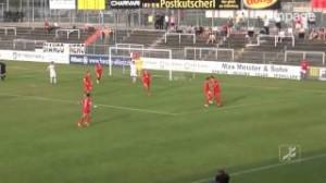 Video, calciatore cade e colpisce pallone di testa: gol involontario