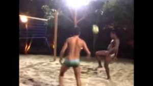 Ronaldinho show a Footvolley: mura schiacciata con calcio volante (VIDEO)