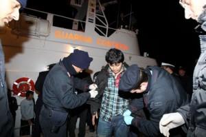 Lo sbarco dei migranti a Pozzallo (Foto Lapresse)