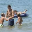 Francesco Totti gioca e coccola i figli Cristian e Chanel in spiaggia a Sabaudia 9