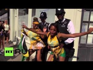 """Carnevale Notting Hill: partecipanti """"twerkano"""" strusciandosi sui poliziotti"""