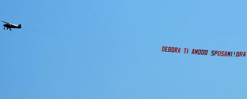 """Dichiarazione d'amore volante a Jesolo: """"Ti amo, sposami"""" FOTO"""