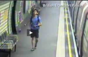 Londra, passeggino cade sui binari della Metro: la madre recupera il figlio VIDEO