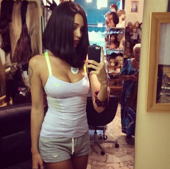Belen Rodriguez nuovo look: capelli a caschetto e canottiera bianca FOTO