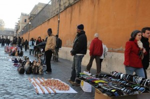 Roma, ambulanti rifiutano controlli: calci e pugni a vigili urbani