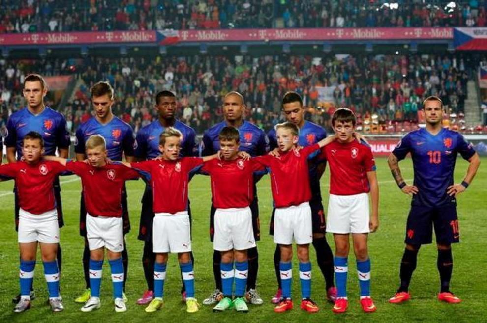Wesley Sneijder si fa da parte, la mascotte è troppo alta (FOTO)