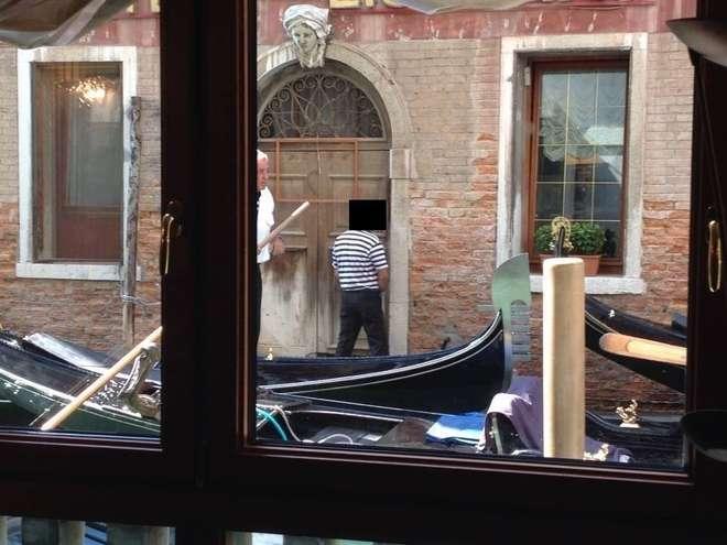 Venezia, gondoliere urina davanti a un portone nel centro storico