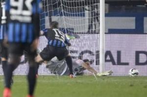 Gianluigi Buffon para rigore a German Denis indicandogli lato (VIDEO)