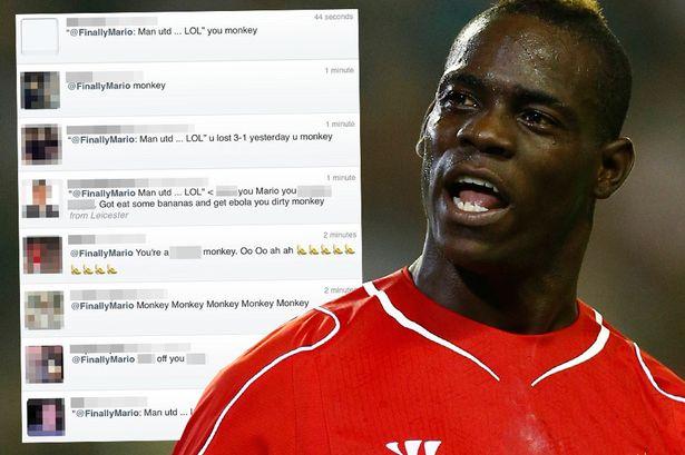 """Mario Balotelli sfotte i tifosi del Manchester United e viene insultato: """"Scimmia"""""""
