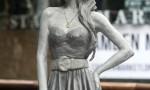 Amy Winehouse, svelata a Londra la statua di bronzo a lei dedicata FOTO