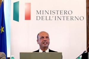 """Articolo 18, Alfano: """"Riforma subito, per decreto"""". Lunedì vertice Cgil-Cisl-Uil"""