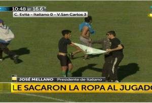 Argentina, tifosi Sportivo Italiano costringono calciatore a spogliarsi in campo