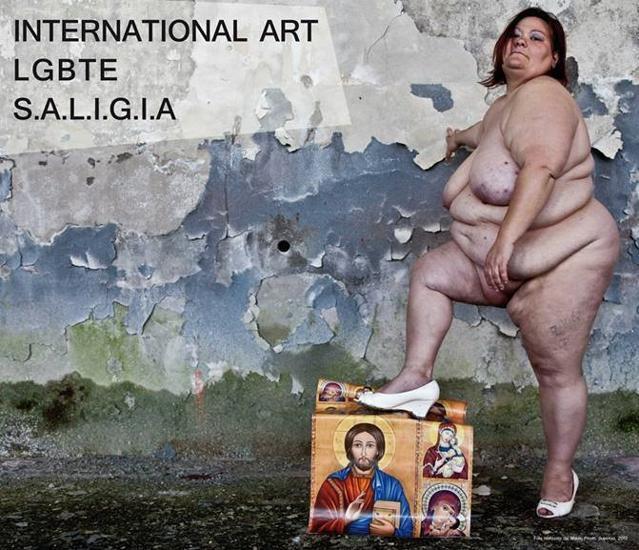 """Donna obesa nuda calpesta immagini Gesù e Maria. Proteste a Torino: """"Via patrocinio"""" FOTO"""