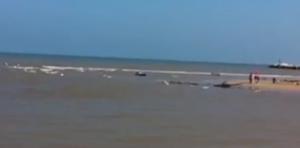 Maltempo Gargano, a Peschici turisti tornano in spiaggia: nel mare ci sono carcasse di auto