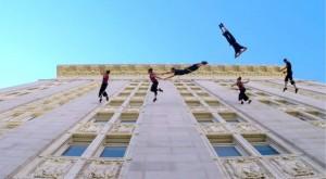 Ballerini danzano in verticale sul municipio di Oakland in California VIDEO