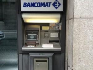 Ruba mille euro dal bancomat alla sorella e va in vacanza ad Amsterdam