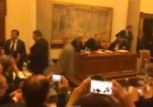 """Polizia, stipendi sbloccati. Berlusconi: """"Renzi vi incontra, ma basta sciopero"""""""