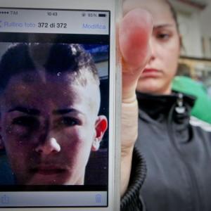 """Davide Bifolco, manifestanti al carabiniere: """"Via il cappello"""". Lui ubbidisce VIDEO"""