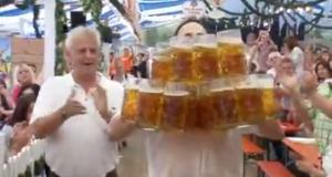 Germania, 27 boccali di birra da un litro trasportati per 40 metri: è record VIDEO