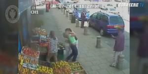 Birmingham, donna aggredita e picchiata da altra donna. Nessuno soccorre VIDEO
