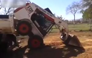 """Il """"re del bobcat"""": guarda come parcheggia l'escavatore sul camion"""