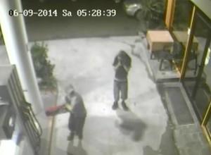 Bolzano, assaltano il distributore di merendine del benzinaio con l'estintore VIDEO